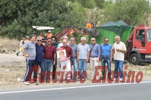 I membri del Pd di Rosolini nel corso della bonifica sulla strada provinciale Rosolini-Pachino
