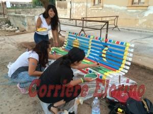 Tre delle volontarie che hanno dipinto le panchine non in concorso