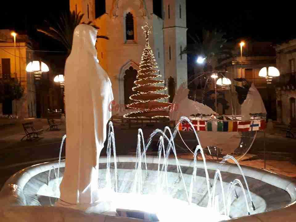 Il Presepe dei giovani dell'Oratorio del Ss Crocifisso incanta tutti, insieme all'Albero che lo scorso Natale impreziosì Piazza Garibaldi