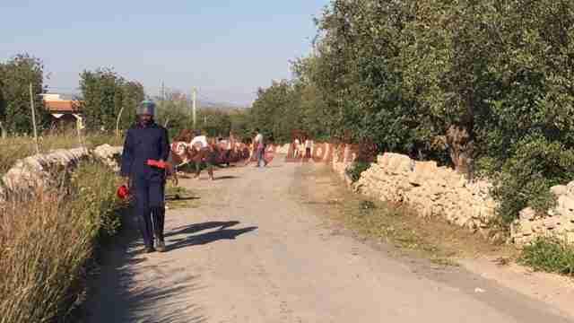 I migranti ripuliscono dalle erbacce la strada comunale di contrada Timparossa