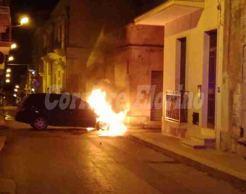 Altra auto in fiamme nella notte a Rosolini