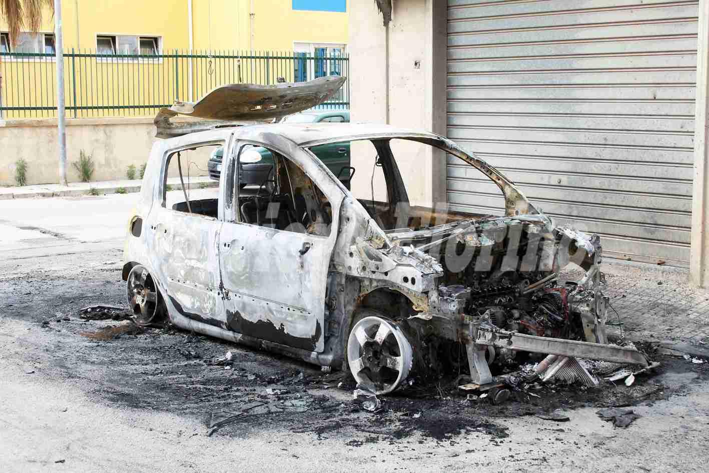 Le bruciano due auto in un anno, indagano i Carabinieri
