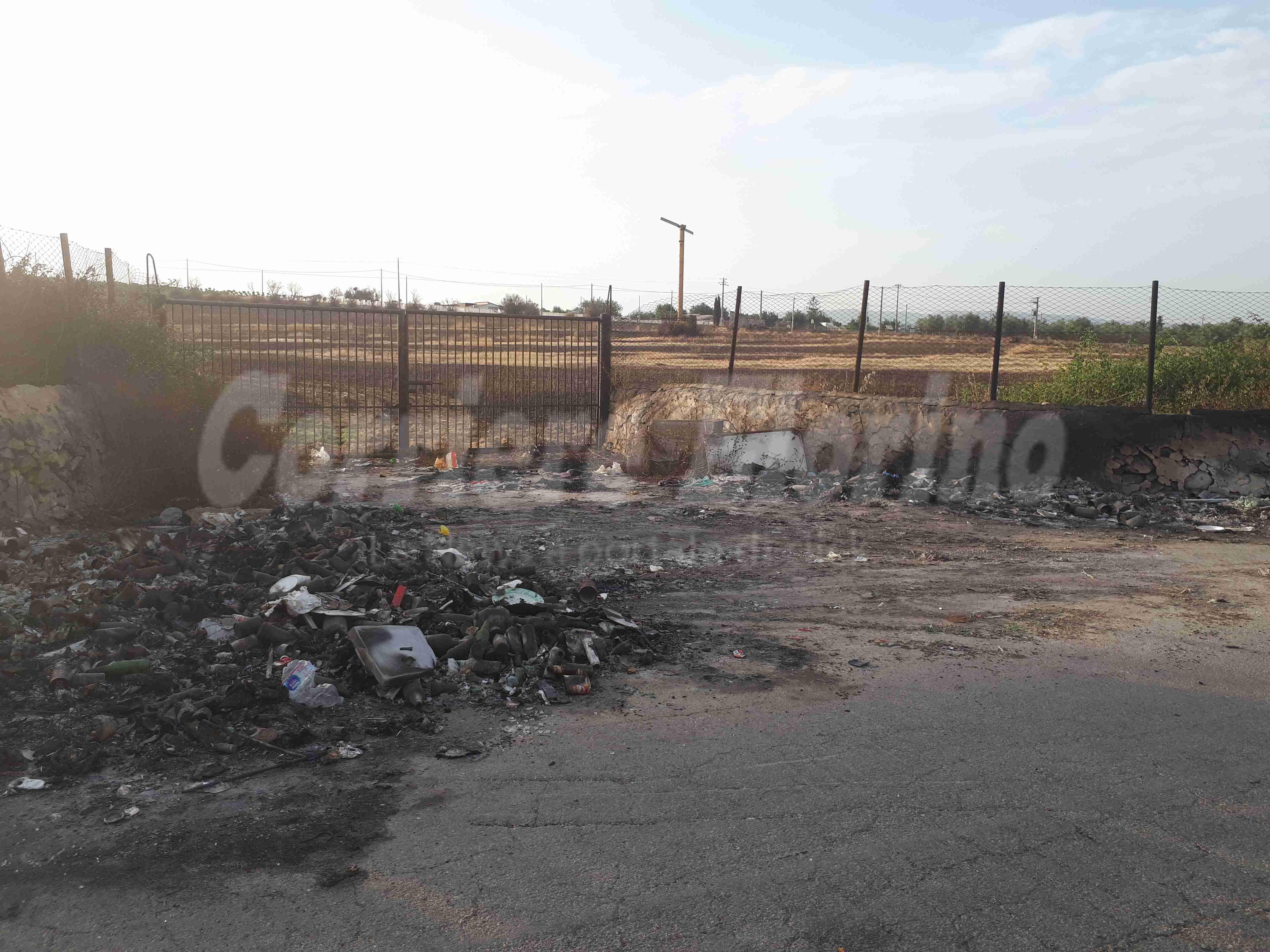 Contrada Codalupo, brucia l'immondizia per strada, devastato un campo di grano