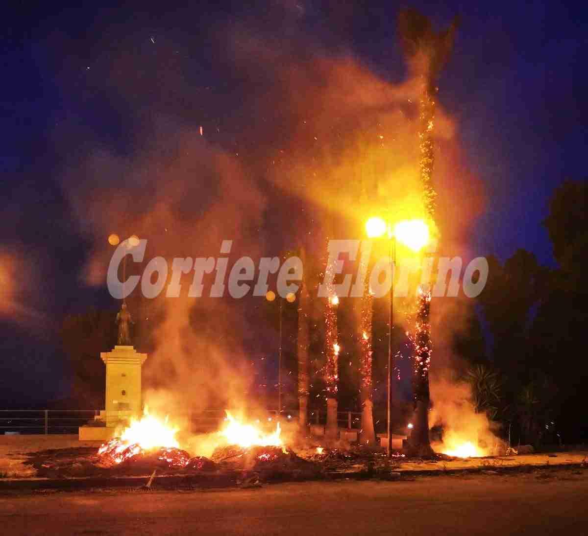 """Piazzetta """"Padre Pio"""" in fiamme, colpite anche le palme"""