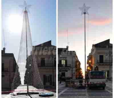 Luci non pagate, smontato l'albero in piazza Garibaldi