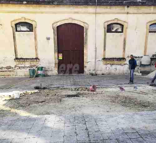 Cortile esterno plesso Bellini: iniziati i lavori per il ripristino della pavimentazione