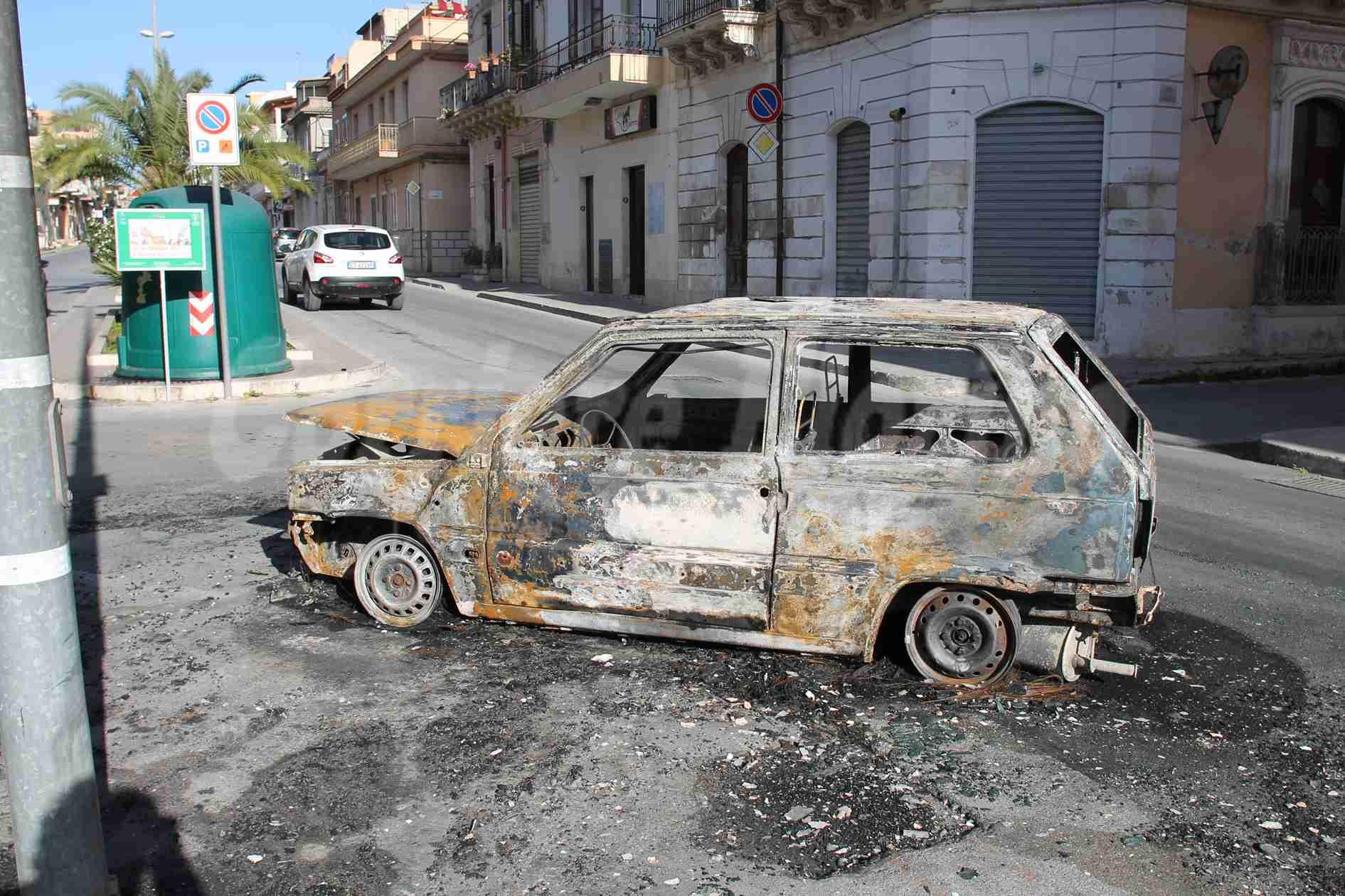 Altra auto in fiamme a Rosolini, distrutta una Fiat Panda parcheggiata in via Gonzaga