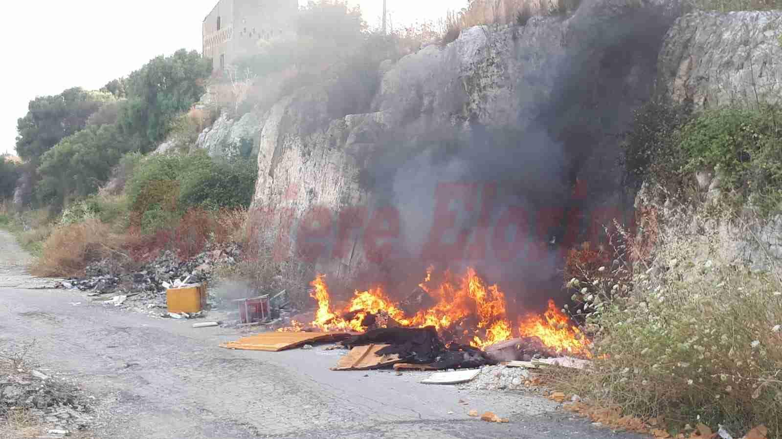 """In fiamme l'immondizia abbandonata dagli incivili: """"Dove sono i controlli?"""""""