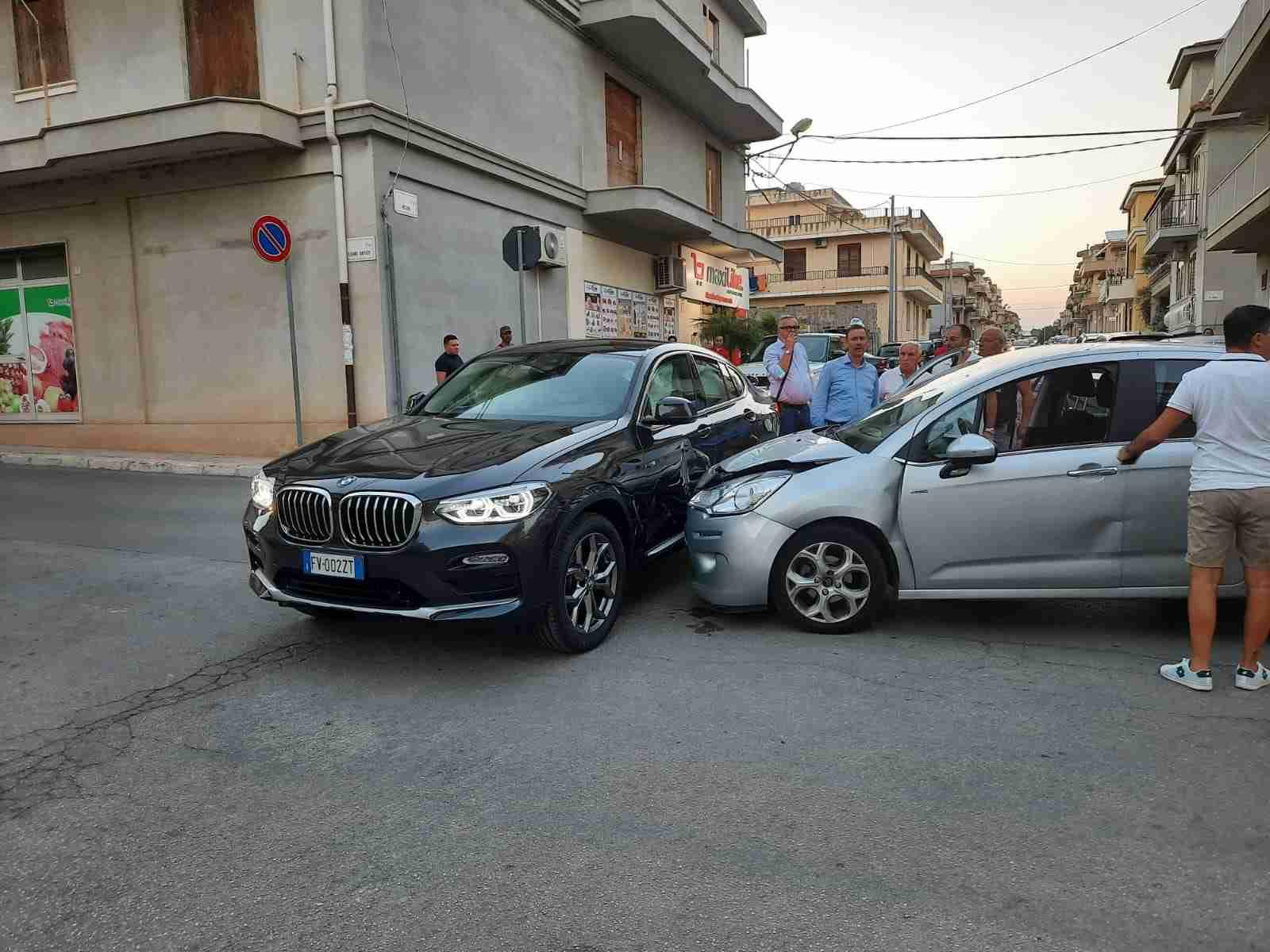 """Non si ferma allo """"Stop"""". Ennesimo incidente nell'incrocio Via Bellini/Cesare Battisti"""