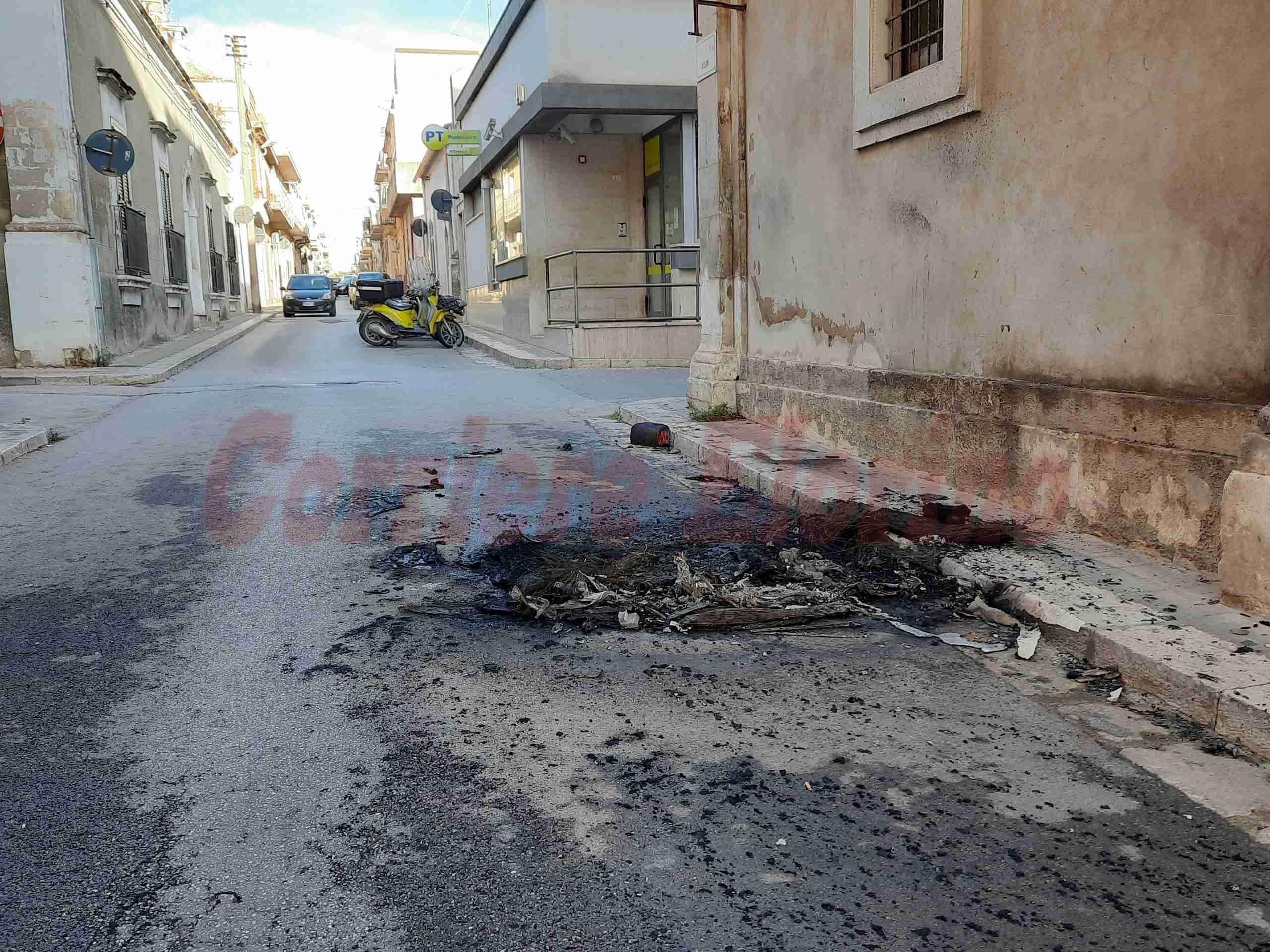 Ritorna il fuoco a Rosolini, auto in fiamme in pieno centro storico
