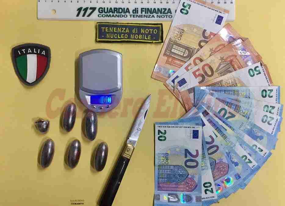 Trovato con 4 ovuli di hashish, coltello e 420 euro in contanti; nei guai 20enne rosolinese
