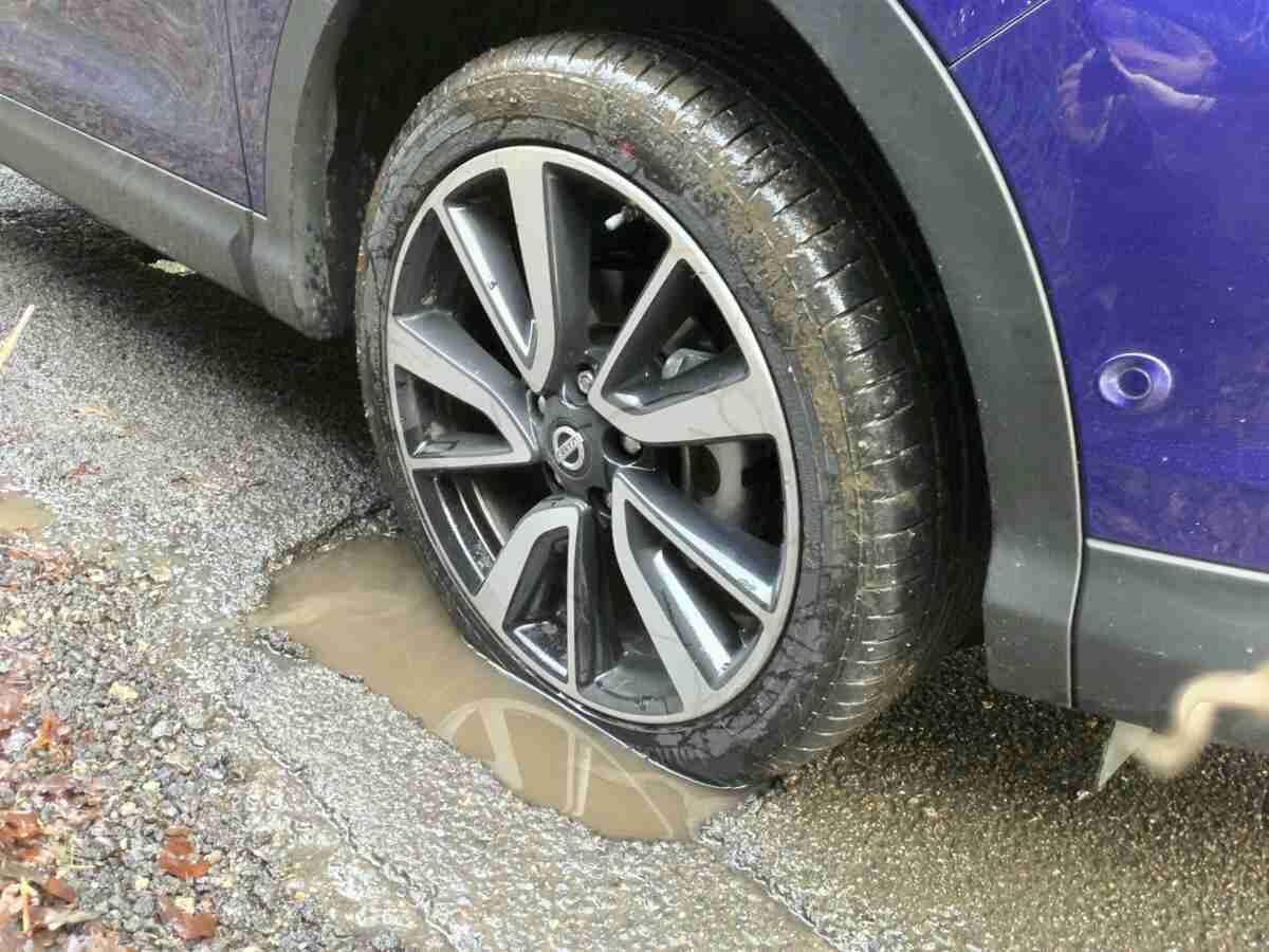 Danneggia l'auto a causa di una buca sull'asfalto, il Comune di Rosolini condannato al risarcimento del danno