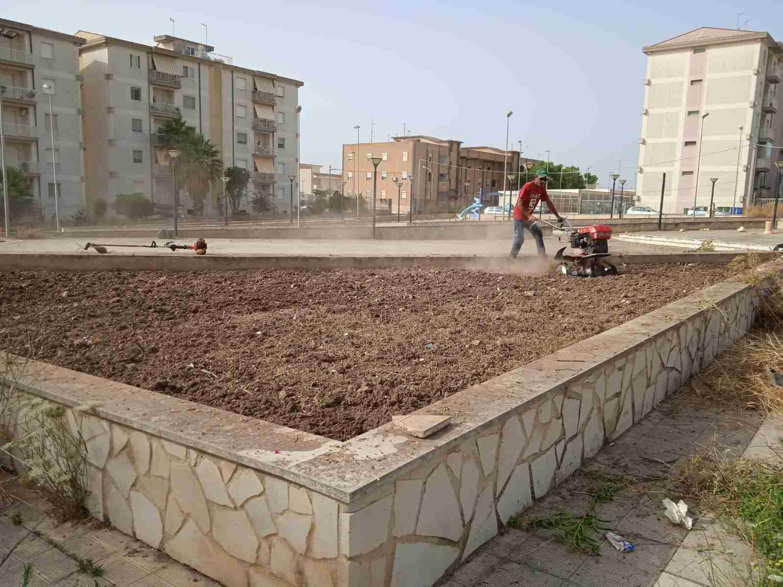 """I volontari di """"Città Verde"""" ripuliscono piazza Beninato"""