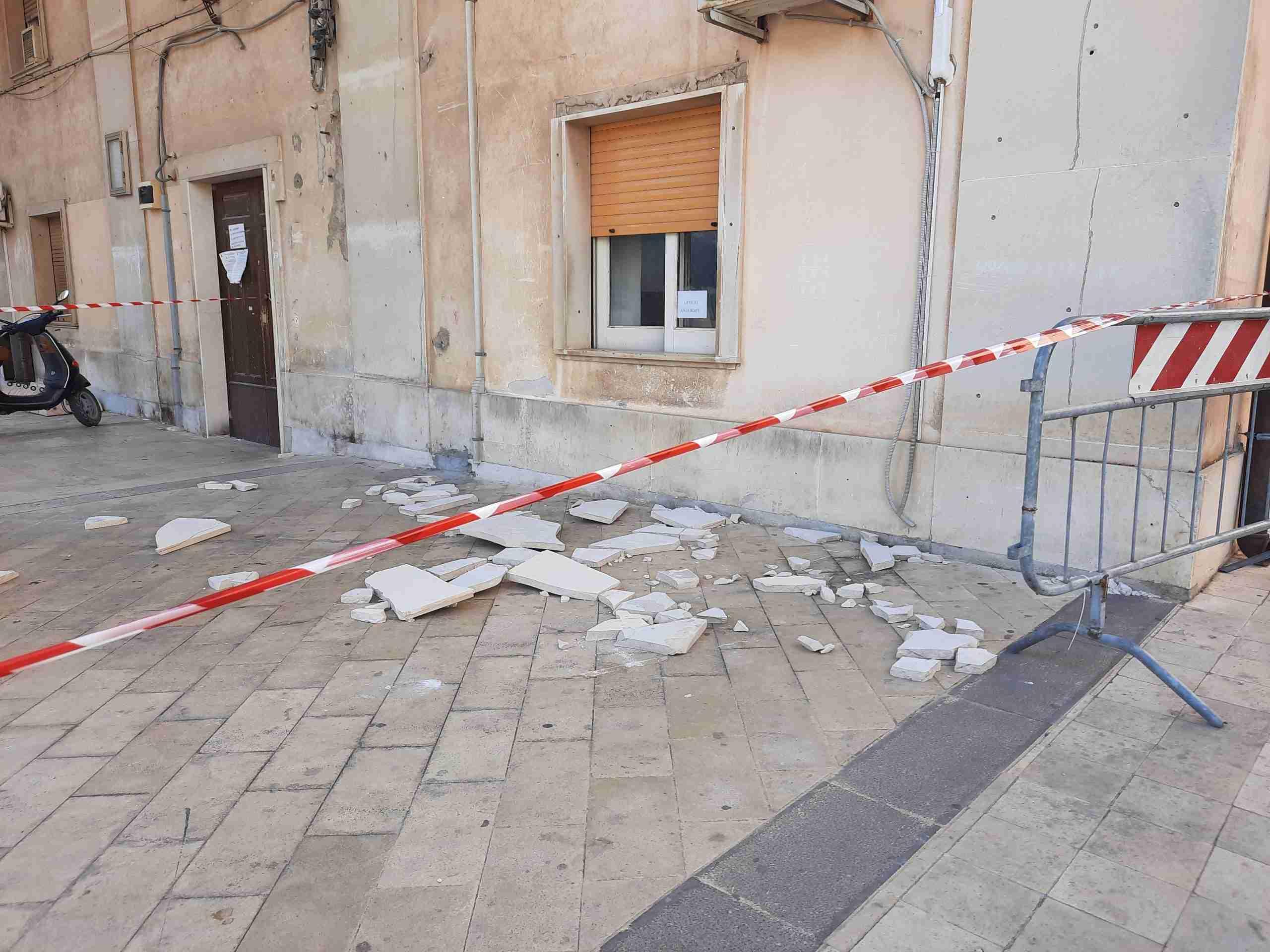 Lastra di marmo si stacca dalla parete del Comune davanti la finestra dell'ufficio protocollo