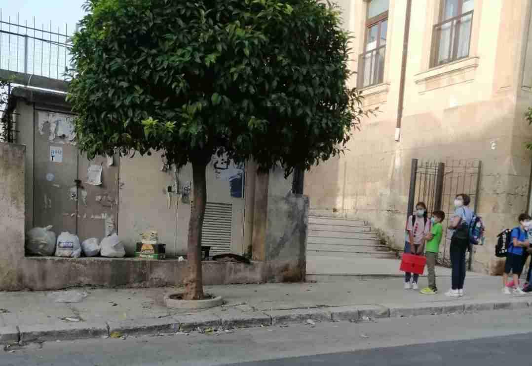 """Rifiuti davanti l'ingresso della scuola, una mamma: """"Che immagine diamo ai nostri figli?"""""""